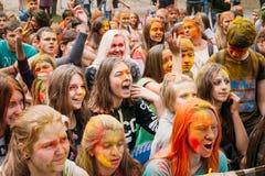 Молодые люди имея потеху и танцуя совместно на Стоковое Изображение RF