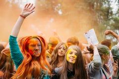 Молодые люди имея потеху и танцуя совместно на Стоковые Фото