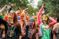 Молодые люди имея потеху и танцуя совместно на Стоковые Изображения RF
