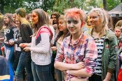 Молодые люди имея потеху и танцуя совместно на Стоковая Фотография