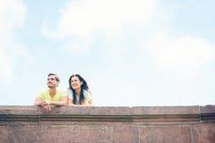 Молодые люди имея хороший день вне в городе Стоковое Фото