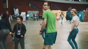 Молодые люди и дети танцуя с регуляторами движения на развлечениях справедливо акции видеоматериалы