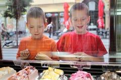 Молодые люди и мороженое стоковая фотография