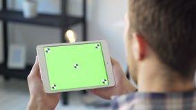 Молодые люди и технология, человек используя ПК таблетки с ключом chroma closeup видеоматериал
