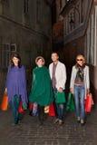 Молодые люди идя с хозяйственными сумками Стоковое Изображение RF