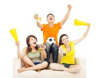 Молодые люди крича для того чтобы ободрить их выигрыш команды Стоковая Фотография