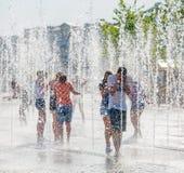 Молодые люди купая в сухом фонтане Стоковые Изображения
