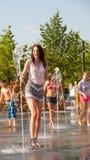 Молодые люди купая в сухом фонтане Стоковые Фотографии RF