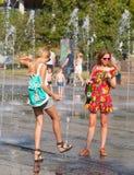 Молодые люди купая в сухом фонтане Стоковая Фотография RF