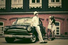Молодые люди моды рядом с винтажным автомобилем Стоковое Изображение