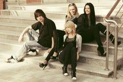Молодые люди моды сидя на шагах Стоковые Фотографии RF