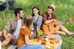Молодые люди наслаждаясь дружелюбной беседой Стоковое фото RF