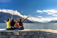 Молодые люди наслаждаясь солнечным днем на фьорде, Норвегии Стоковая Фотография