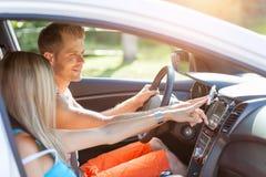Молодые люди наслаждаясь roadtrip в автомобиле стоковое изображение rf
