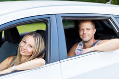 Молодые люди наслаждаясь roadtrip в автомобиле стоковое изображение