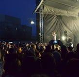 Молодые люди на концерте стоковая фотография rf