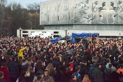Молодые люди на концерте стоковые фото