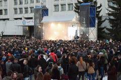 Молодые люди на концерте стоковое изображение