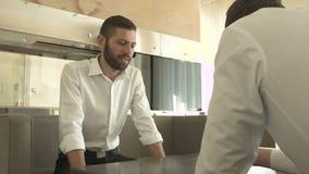 2 молодые люди на таблице связывает акции видеоматериалы