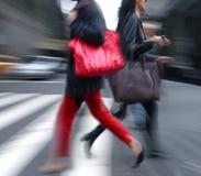 Молодые люди на часе пик идя в улицу. Стоковые Изображения