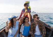 Молодые люди отключения перемещения каникул моря друзей океана шлюпки Таиланда длинного хвоста ветрила группы туристского Стоковые Изображения