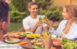 Молодые люди отдыхая outdoors Стоковое Изображение RF