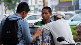 молодые люди покупая мороженое в городке Стоковые Изображения RF