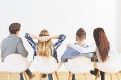 Молодые люди подпирает взгляд Стоковая Фотография RF