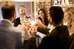 Молодые люди празднуя и провозглашать с белым вином Стоковая Фотография RF