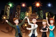 Молодые люди празднуя Новый Год Стоковые Изображения RF