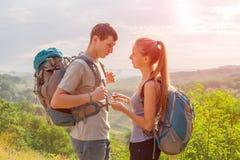 Молодые люди путешествуя и говоря Стоковые Фото