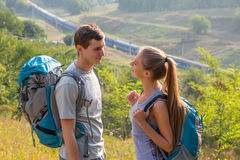 Молодые люди путешествуя и говоря Стоковое фото RF