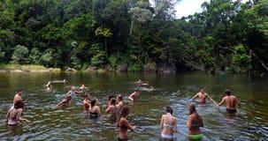 Молодые люди плавает в валунах Babinda в Квинсленде Австралии стоковое изображение