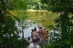 Молодые люди плавает в валунах Babinda в Квинсленде Австралии стоковое фото rf