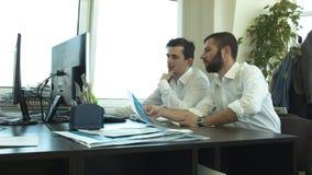 Молодые люди работает в офисе проекта См. визуализирование акции видеоматериалы