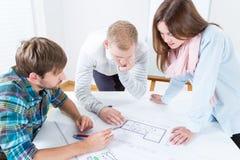 Молодые люди работая совместно Стоковое Фото