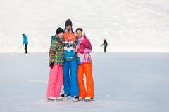 Молодые люди, друзья, катание на коньках зимы на замороженном озере Стоковое Изображение