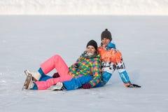 Молодые люди, друзья, катание на коньках зимы на замороженном озере Стоковая Фотография