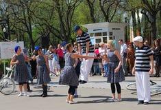 Молодые люди скакать Стоковое фото RF