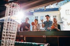 Молодые люди снимая обручи на парке атракционов Стоковое Изображение