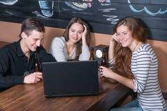 Молодые люди с пивом на тетради Стоковые Фотографии RF
