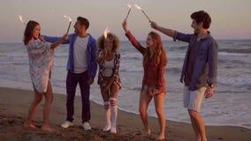 Молодые люди с свечами фонтана на пляже сток-видео