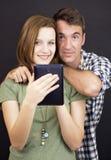 Молодые люди с таблеткой стоковые фото