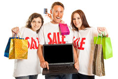 Молодые люди с футболками и компьтер-книжкой ` продажи ` Стоковые Изображения