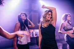 Молодые люди танцуя на партии Стоковые Фото