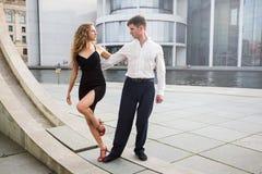 2 молодые люди танцуя танго где-то в городе Стоковые Фотографии RF