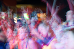 Молодые люди толпится танцы и веселить во время представления концерта музыки рок-группы на фестивале стоковое фото rf