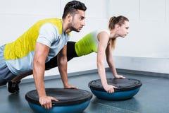 Молодые люди тренируя на фитнес-клубе Стоковые Фотографии RF