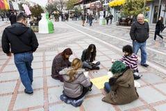 Молодые люди читая улицу Стоковое фото RF