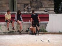 Молодые люди boules игры стоковая фотография rf